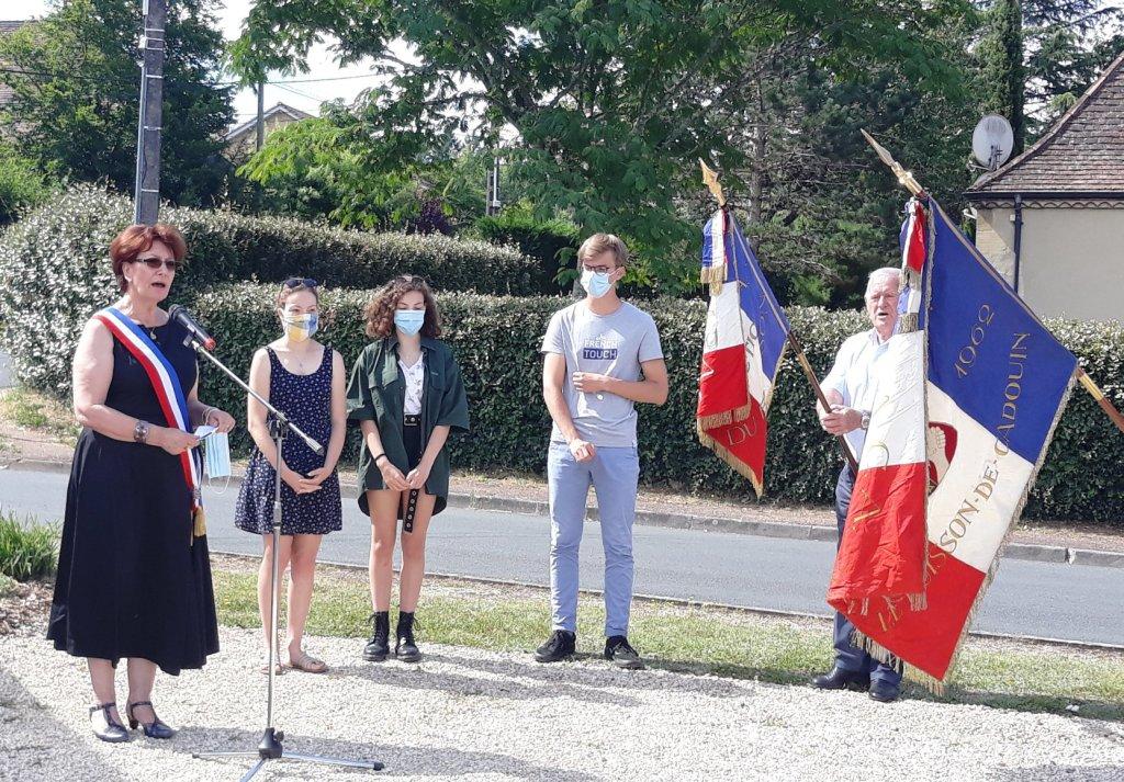 Marie-Lise Marsat entourée de jeunes lors de son discours au Buisson.