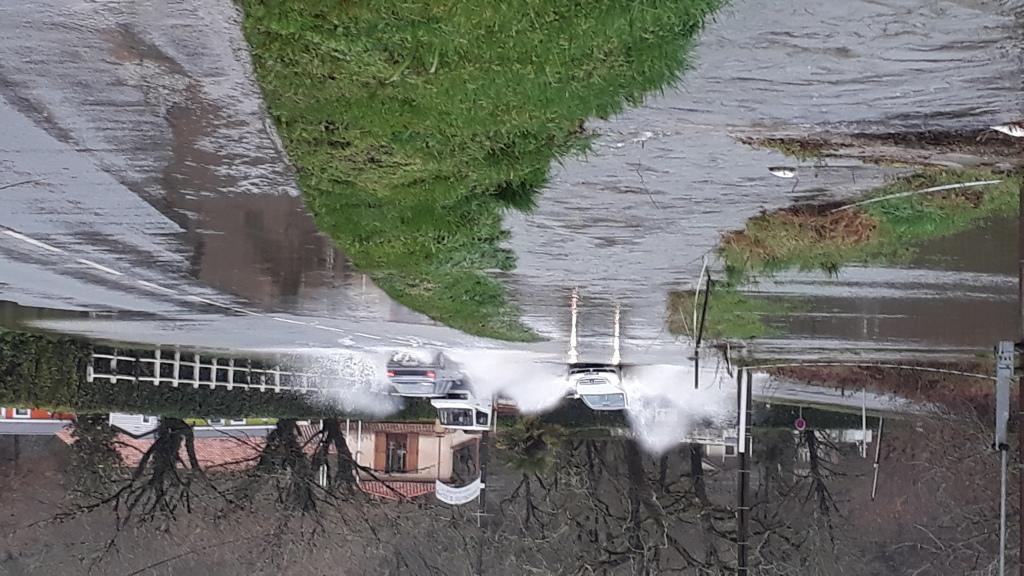 Inondation au Pont de Vic - débordement des écoulements sur la route face au camping