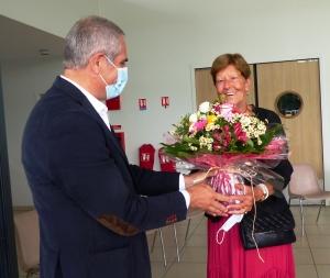 Luce Meynard recevant un bouquet des mains de Jean-Marc Gouin, 1er adjoint.
