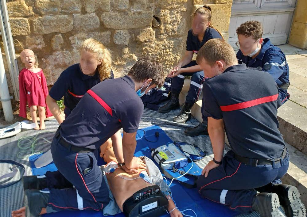 Forum des Associations - démonstrations des gestes qui sauvent par les Jeunes Sapeurs Pompiers des 3 vallées